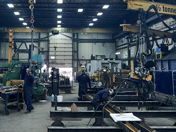 Hommes travaillant dans une usine